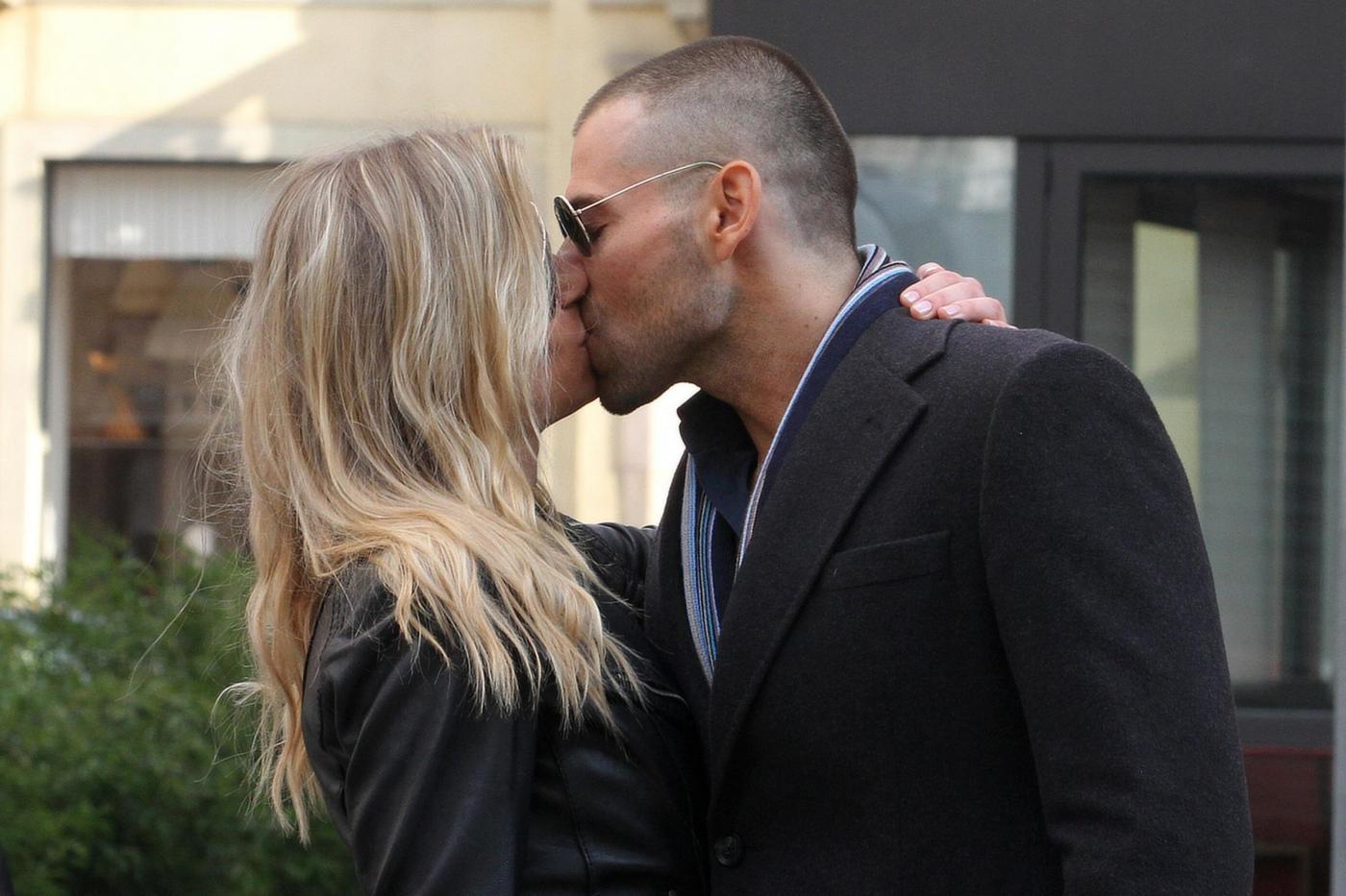 Simone Giancola e Veridiana Mallmann: bacio appassionato a Milano02