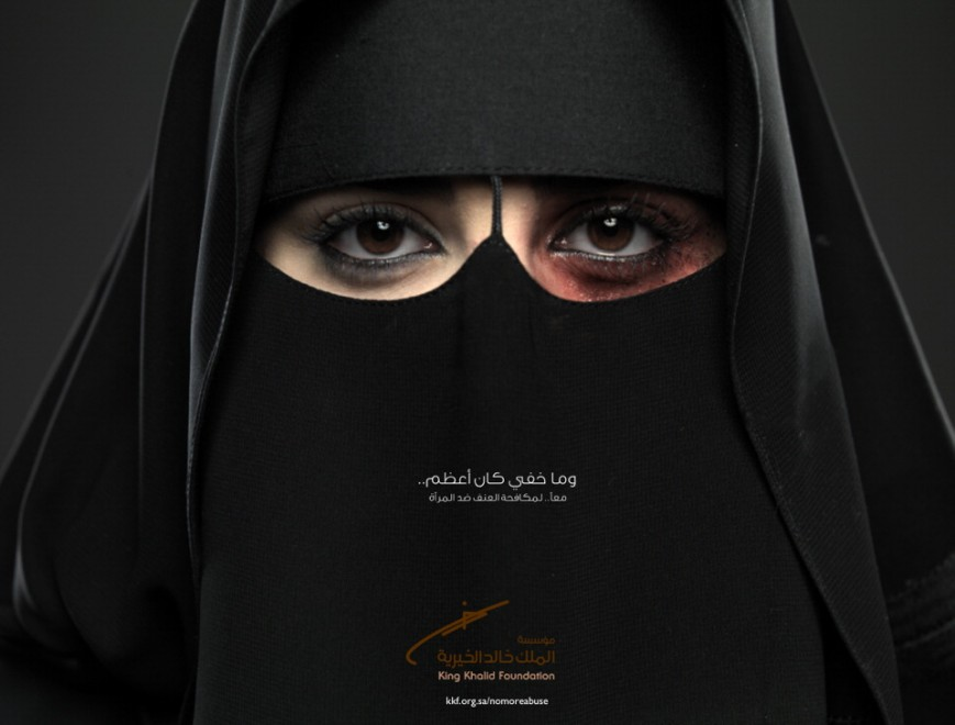 Arabia Saudita, l'occhio nero spunta dal niqab