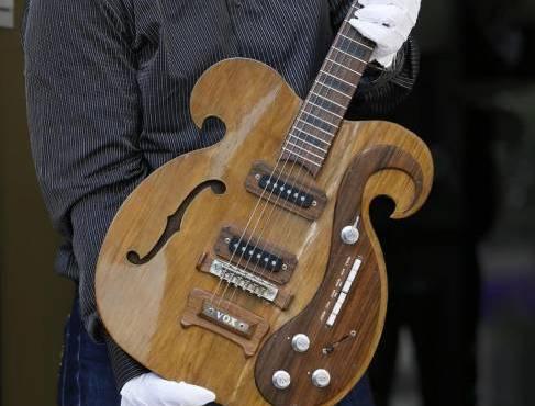 Una chitarra fatta su misura VOX suonata da John Lennon e George Harrison01