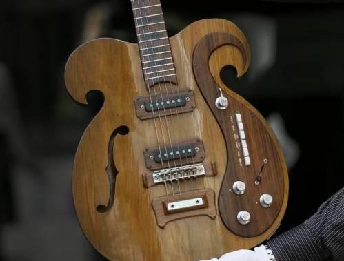 Una chitarra fatta su misura VOX suonata da John Lennon e George Harrison02