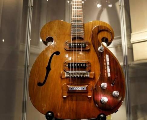 Una chitarra fatta su misura VOX suonata da John Lennon e George Harrison03