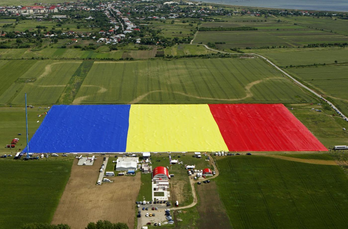 In Romania la bandiera più grande del mondo02