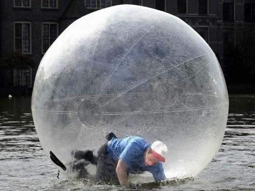 Olanda sul laghetto nelle palle di plastica l 39 iniziativa for Laghetto plastica