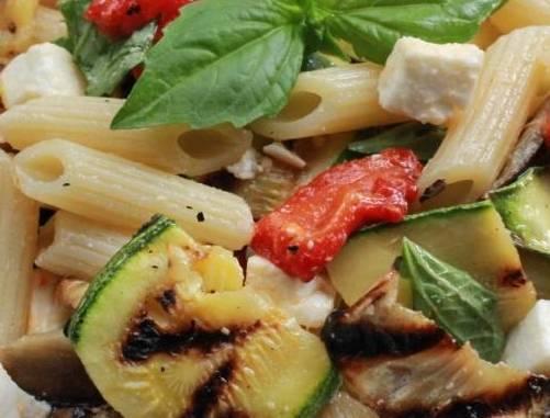 Insalata di pasta con verdure grigliate e primosale