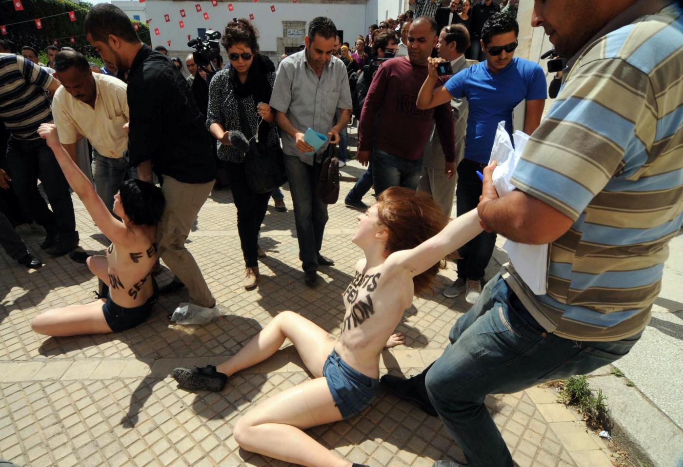 Tunisi: Femen a seno nudo per Amina 02