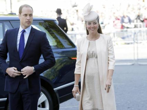 Kate Middleton con il pancione alla festa della nonna Elisabetta 01