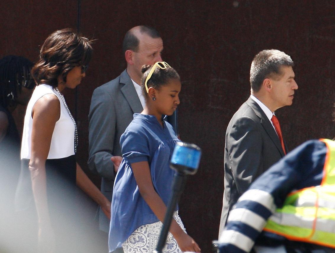Michelle visita Berlino con lei il marito della Merkel e la sorella di Obama 04