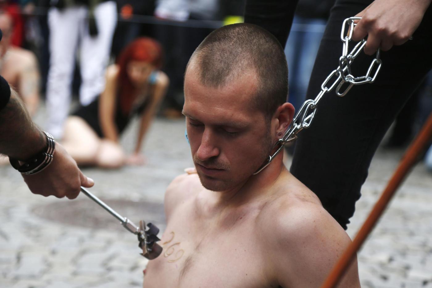 Praga, animalisti si fanno marchiare a fuoco per protesta06