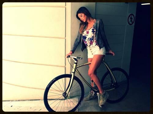 Belen Rodriguez in bicicletta
