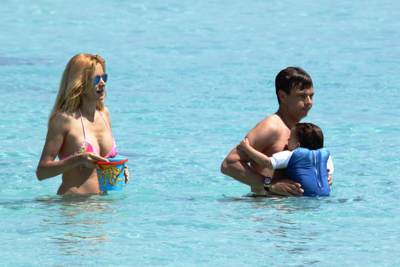 Adriana Volpe con marito e figlia in spiaggia a Formentera08