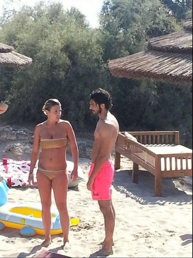 Emma Marrone e Marco Bocci in spiaggia a Gallipoli01