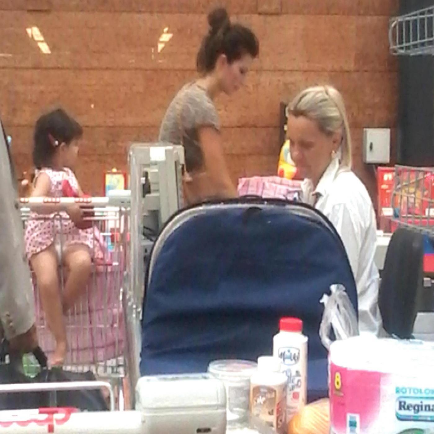 Laura Torrisi, la compagna di Pieraccioni mamma perfetta al supermercato08