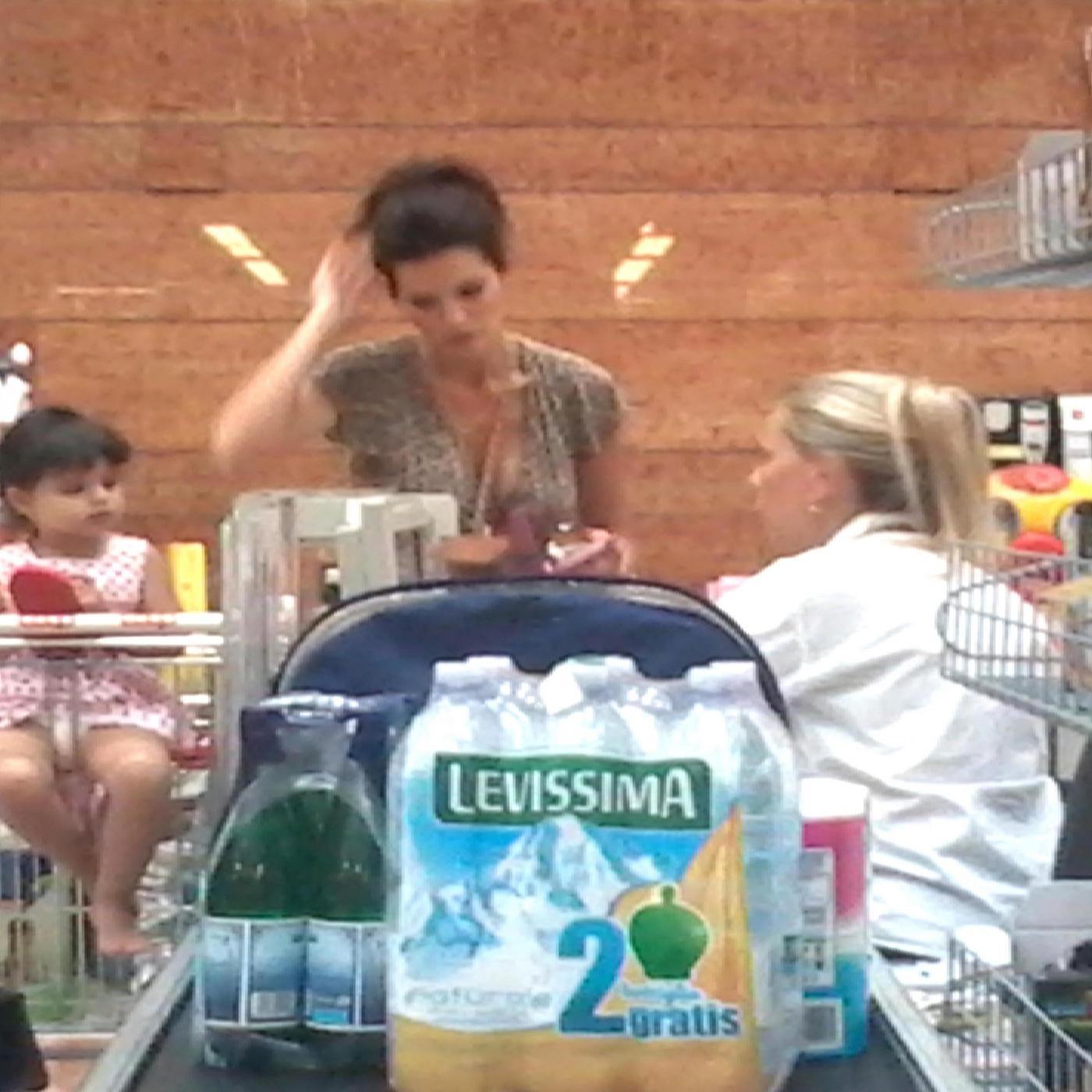 Laura Torrisi, la compagna di Pieraccioni mamma perfetta al supermercato06