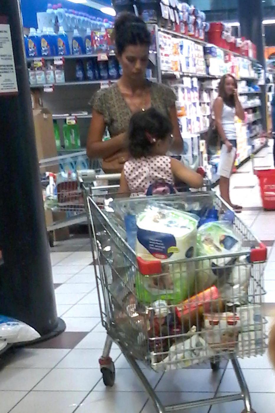 Laura Torrisi, la compagna di Pieraccioni mamma perfetta al supermercato05