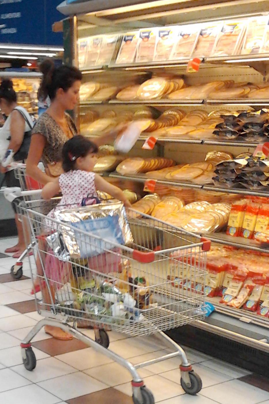 Laura Torrisi, la compagna di Pieraccioni mamma perfetta al supermercato04