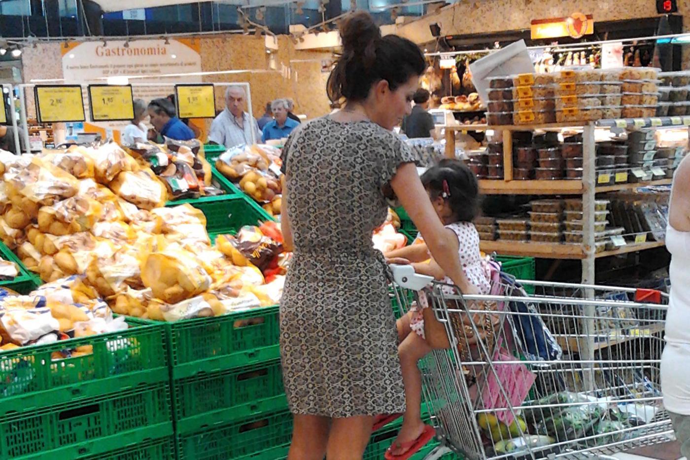 Laura Torrisi, la compagna di Pieraccioni mamma perfetta al supermercato03