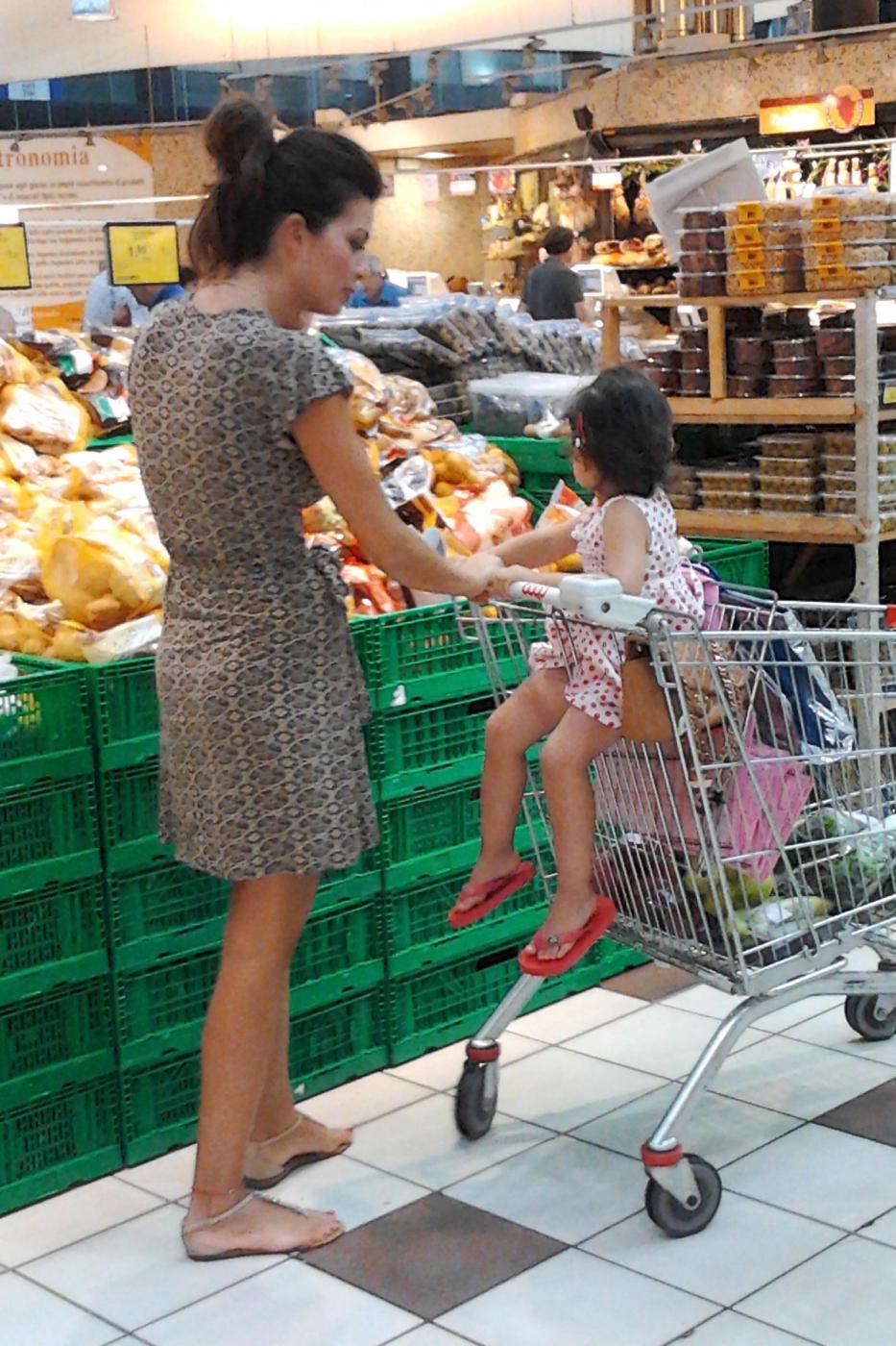 Laura Torrisi, la compagna di Pieraccioni mamma perfetta al supermercato02