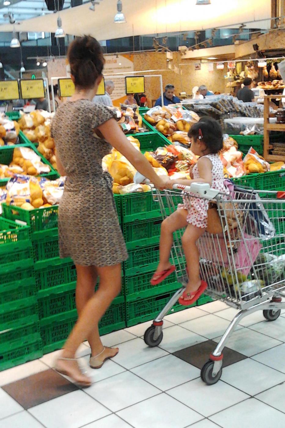 Laura Torrisi, la compagna di Pieraccioni mamma perfetta al supermercato01