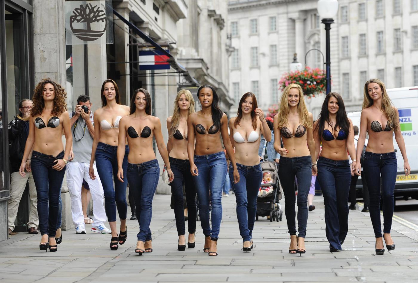 Londra, la InvisiBra Parade il reggiseno è autoadesivo 01