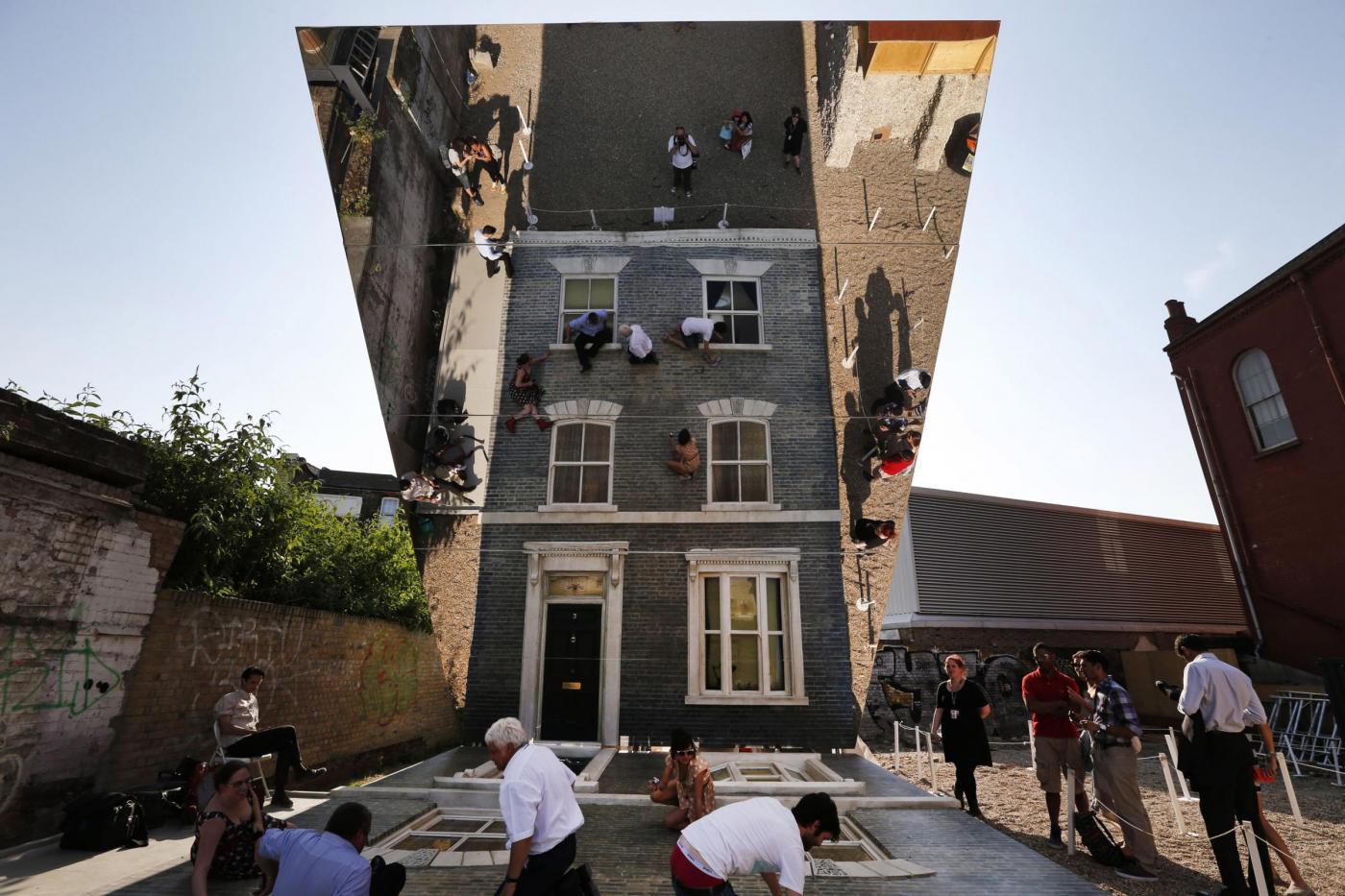 Londra la casa degli specchi di leandro erlich foto - Specchi in casa ...