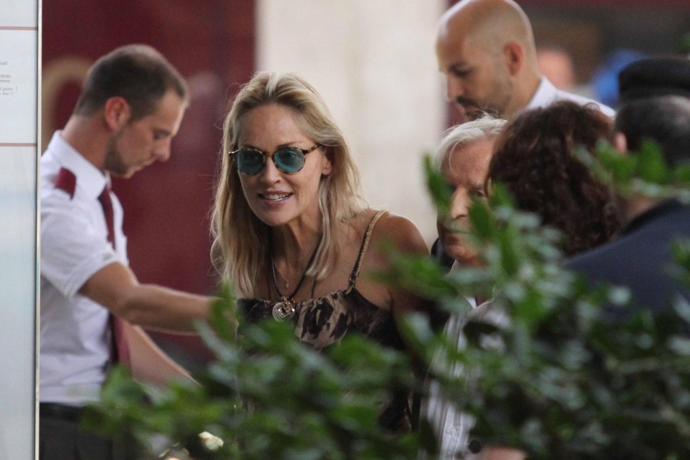Sharon Stone con Pupi Avati alla stazione di Firenze01