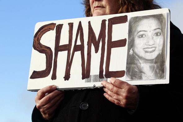 Irlanda: sì all'aborto, ma solo se madre è in pericolo. Svolta storica
