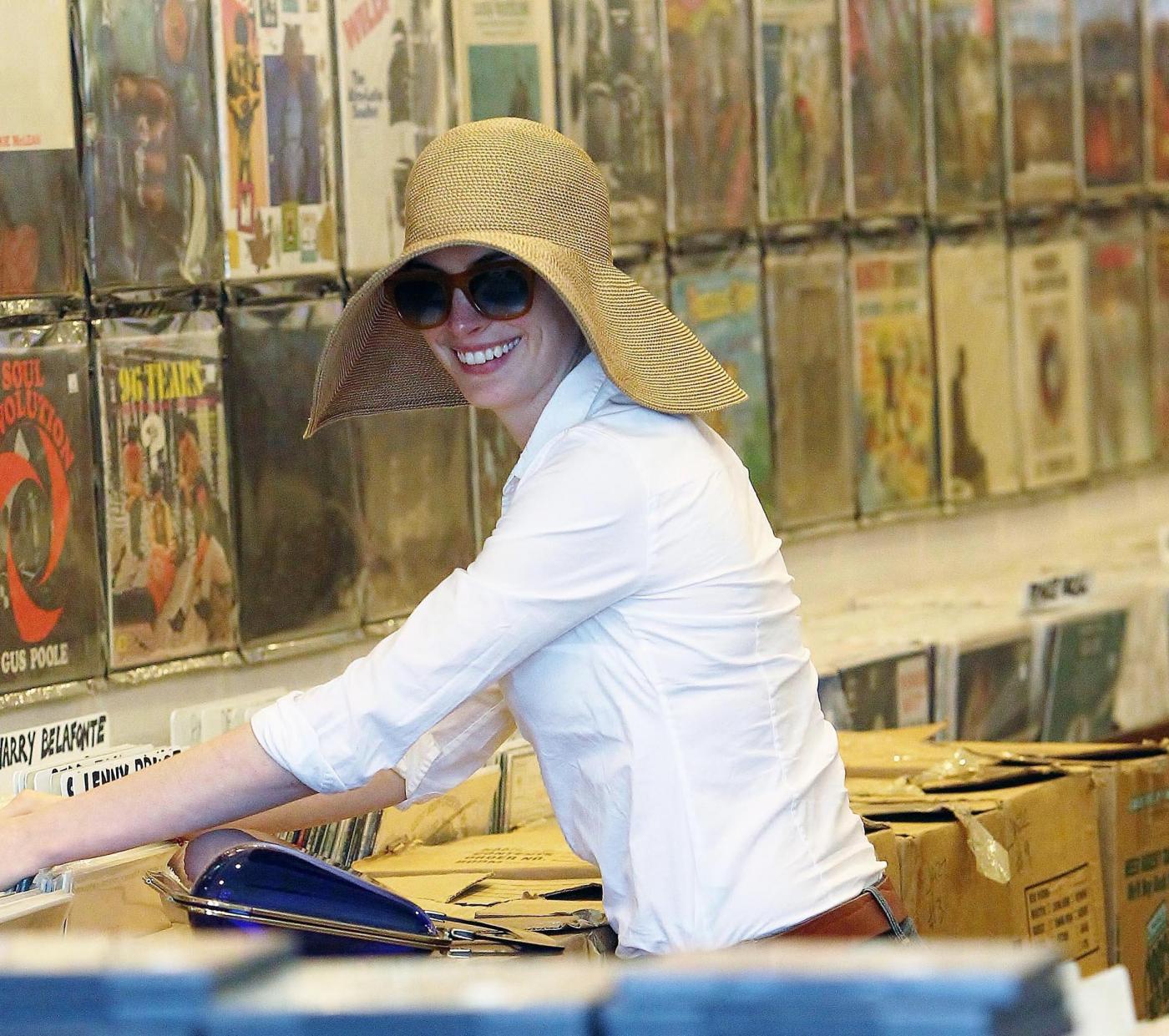 Anne Hathaway nel negozio di dischi in vinile 05