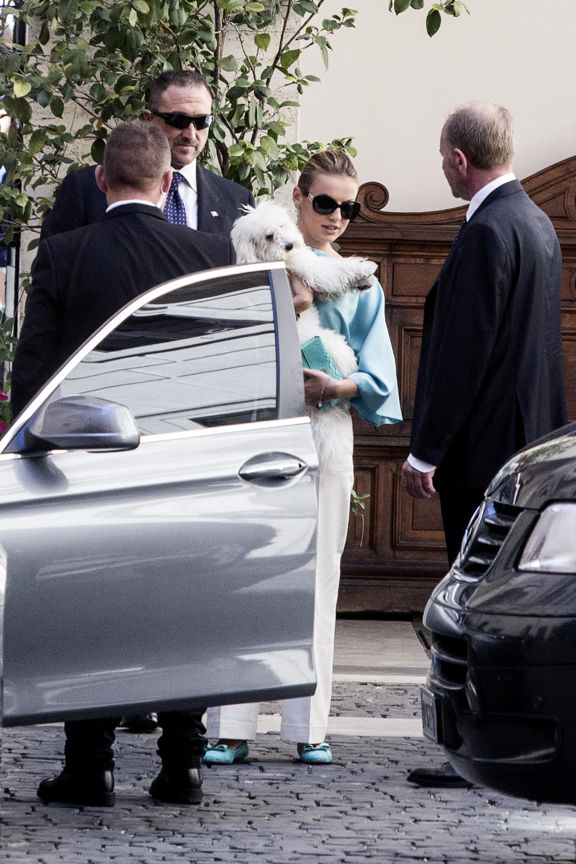 Francesca Pascale esce da palazzo Grazioli con Dudù in braccio02