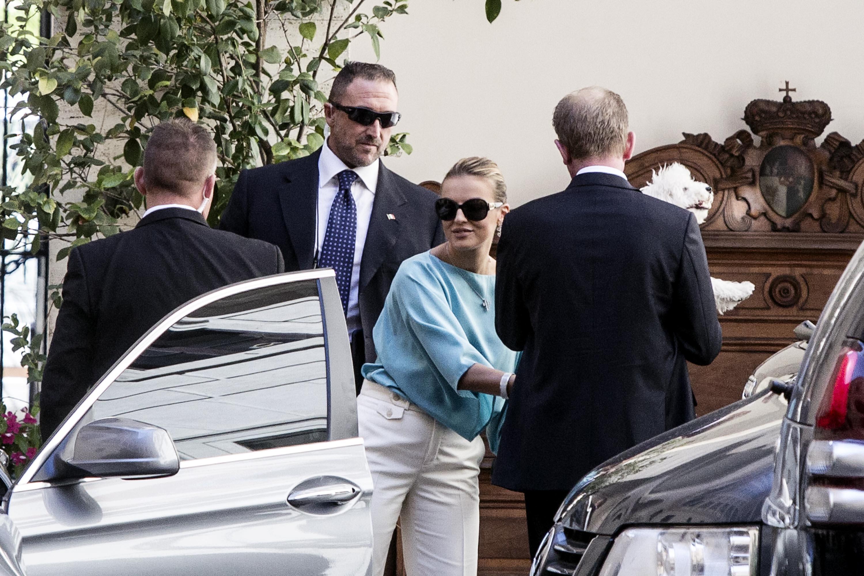 Francesca Pascale esce da palazzo Grazioli con Dudù in braccio04