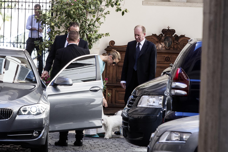 Francesca Pascale esce da palazzo Grazioli con Dudù in braccio05
