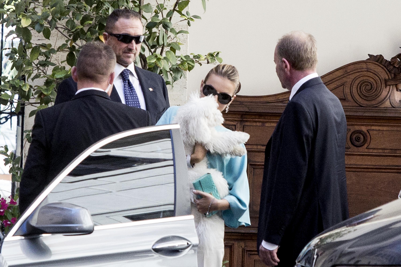 Francesca Pascale esce da palazzo Grazioli con Dudù in braccio08