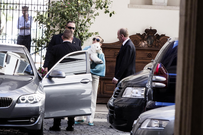 Francesca Pascale esce da palazzo Grazioli con Dudù in braccio09