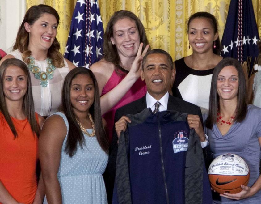 Usa, la giocatrice di basket fa le orecchie da coniglio ad Obama