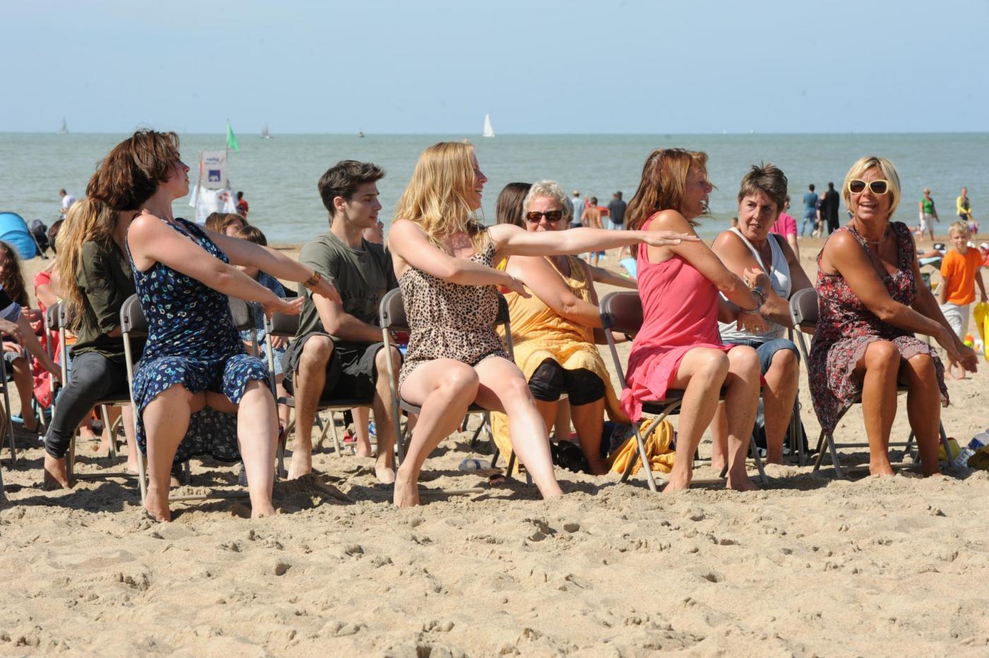 Belgio, la curiosa coreografia sulla spiaggia di Ostenda06