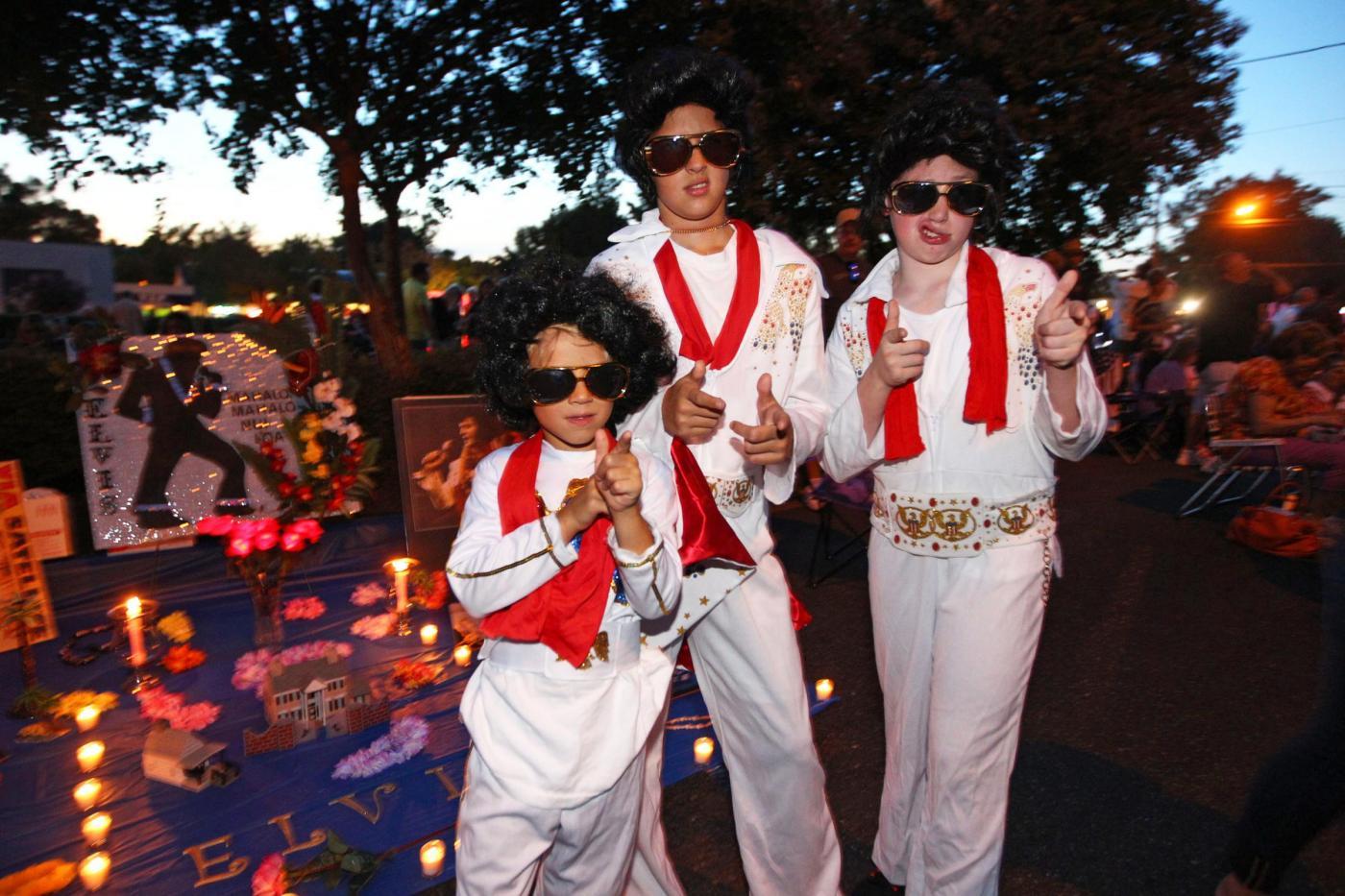 Elvis Presley migliaia di fan alla veglia per i 36 anni dalla morte01