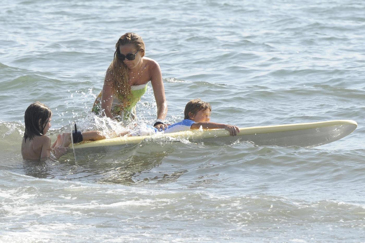 Federica Panicucci gioca in acqua con i figli a Forte dei Marmi 05