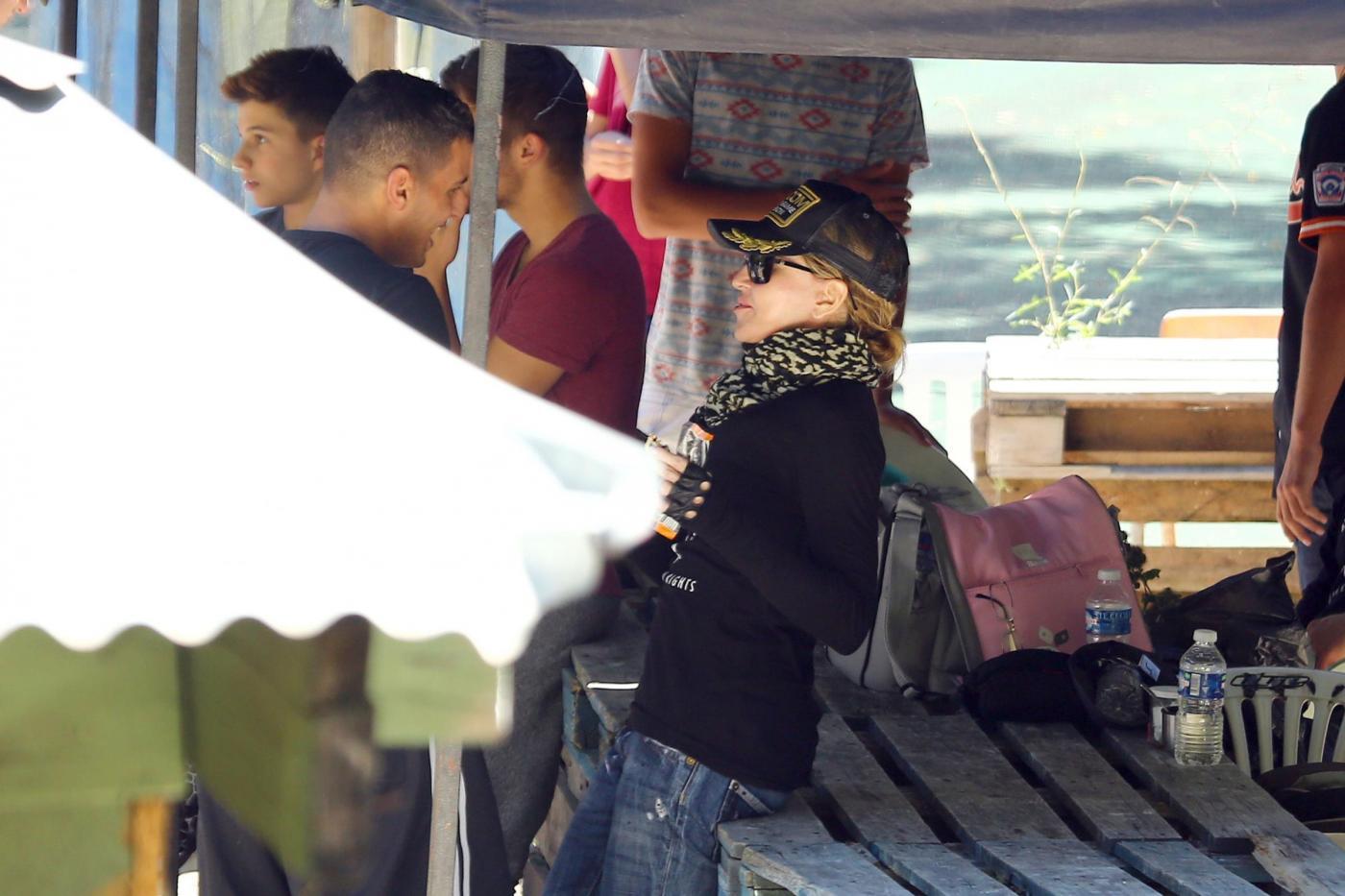 Madonna in vacanza in Francia gioca a paintball con i figli e Brahim 02