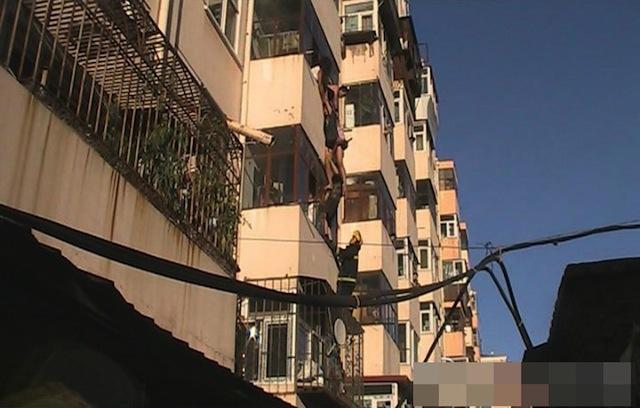 Cina donna si butta dalla finestra uomo la afferra per - Si butta dalla finestra milano ...