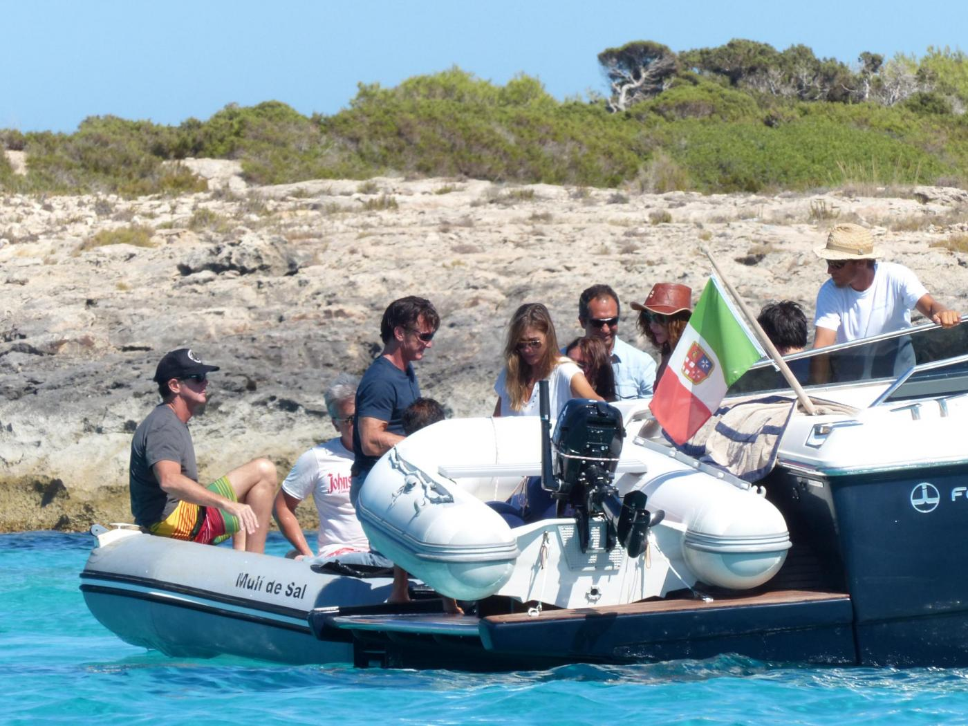 Sean Penn super tonico a Ibiza con la modella Cristina Piaget 01