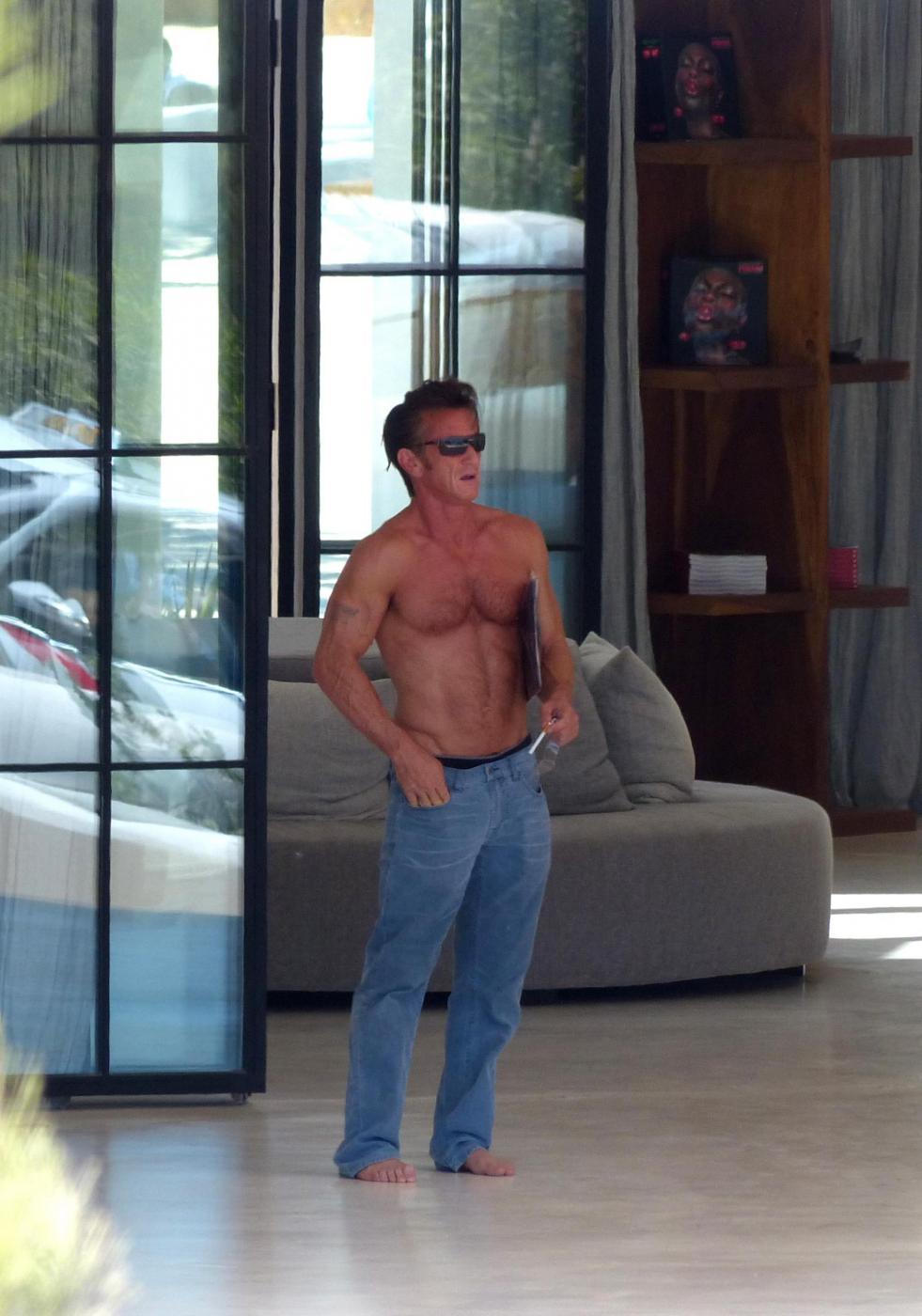 Sean Penn super tonico a Ibiza con la modella Cristina Piaget 10
