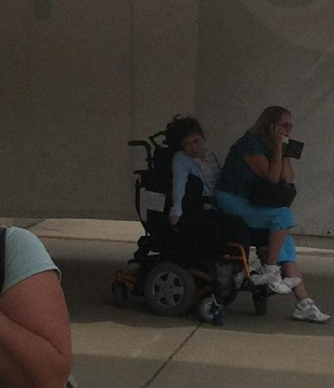 Infermiera si siede su ragazza paralizzata