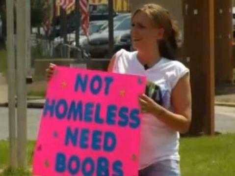 """Usa, ragazza elemosina: """"Non sono senzatetto, voglio il seno"""""""