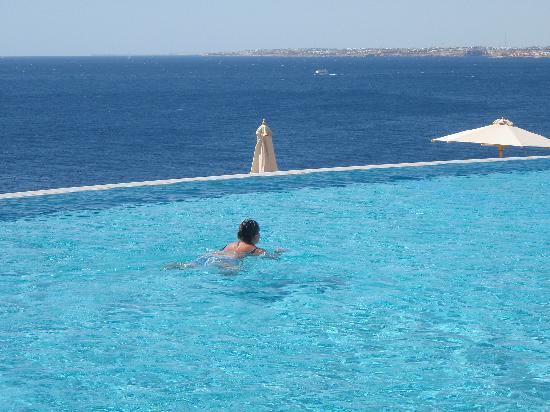 Estate, tempo di mare e piscina. Attenti all'otite del nuotatore