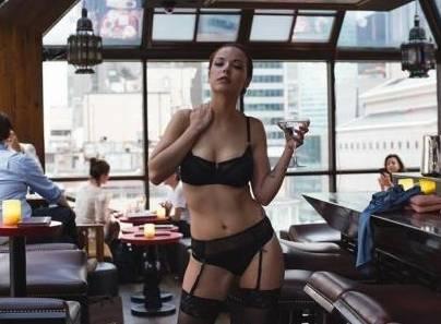 Shelby Carter, modella si spoglia al bar e diventa diva del web (video)
