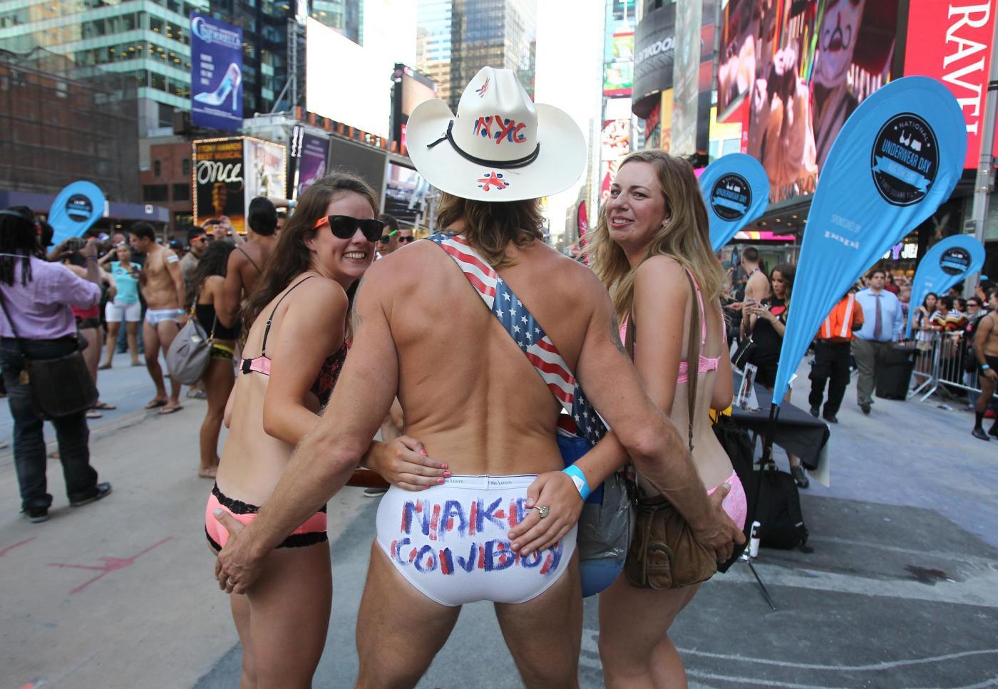 New York, sfilata in boxer e reggiseno a Times Square01