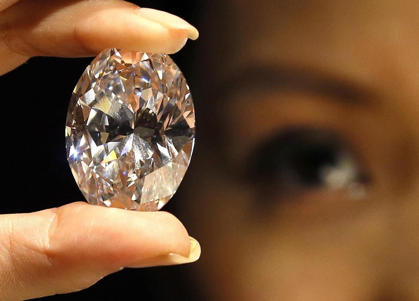 All'asta il grande diamante puro di forma ovale02