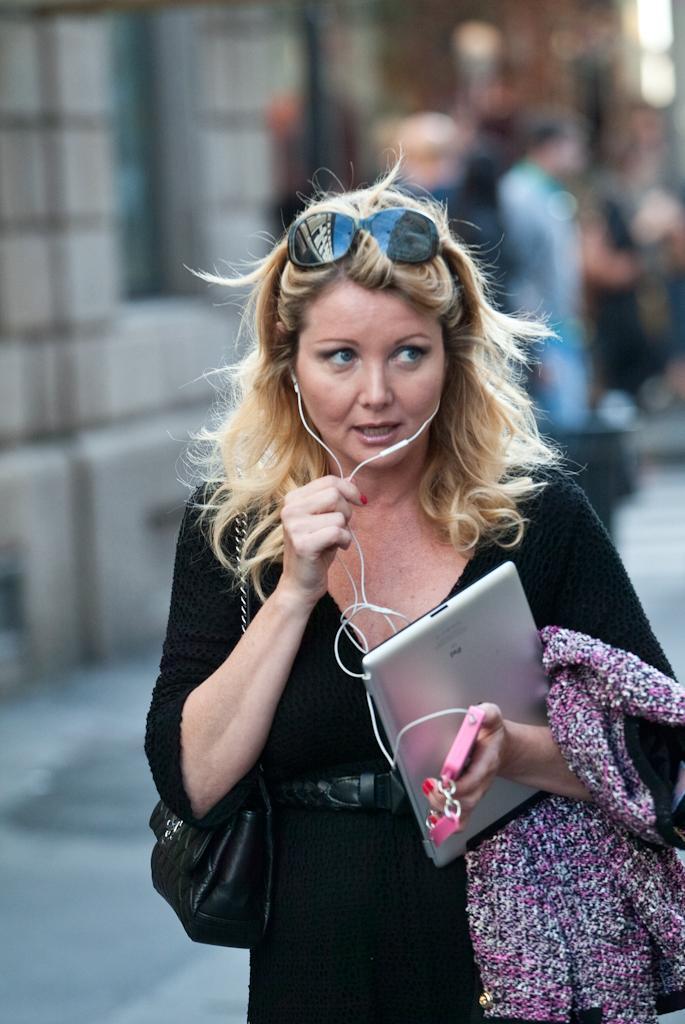Angela Melillo, shopping a Milano per la showgirl del Bagaglino 03