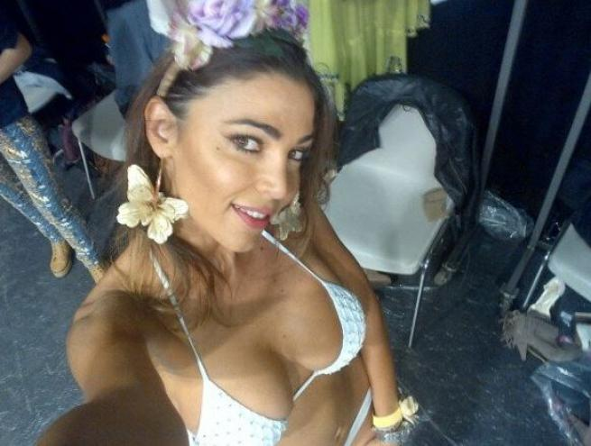 Cecilia Capriotti in bikini Pin Up e Agogoa alla Milano Fashion Week04