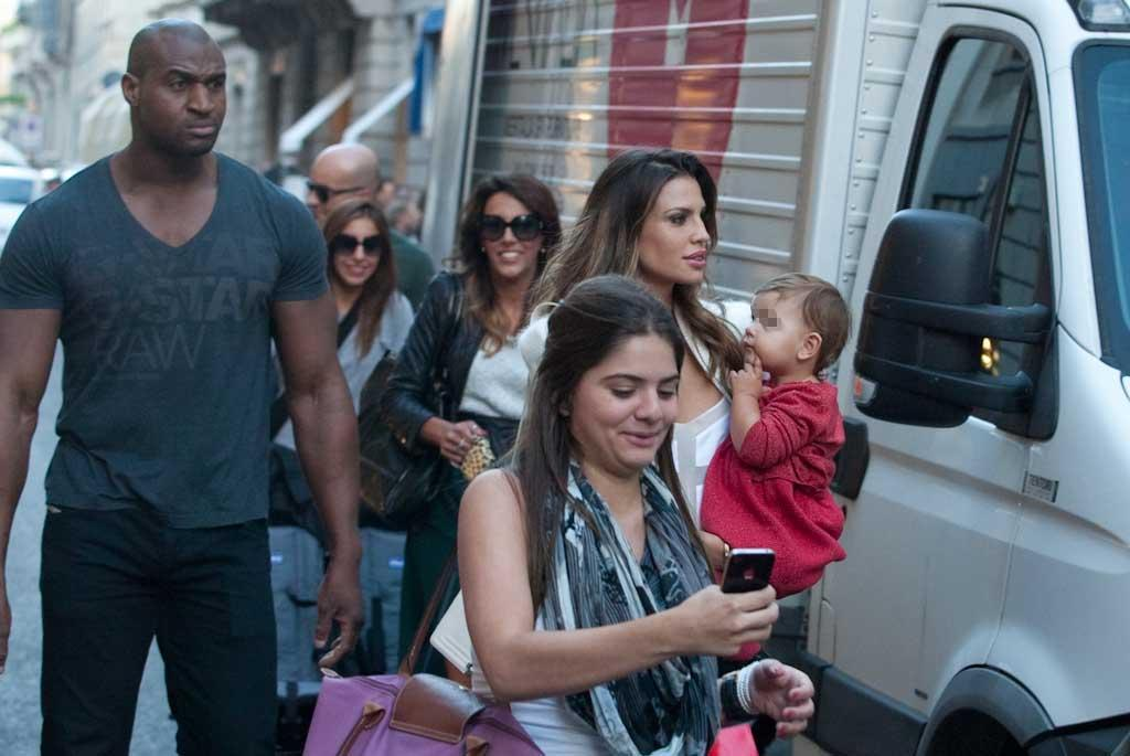 Claudia Galanti e Arnauld Mimran, shopping a Milano01