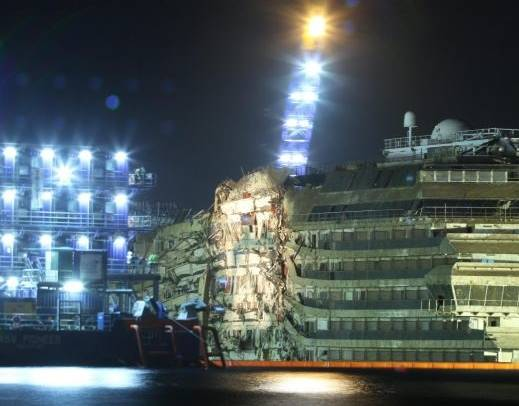 Costa Concordia in posizione verticale: missione compiuta, nave in asse
